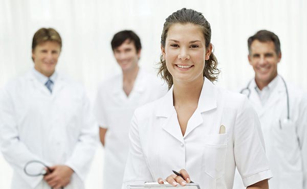 Médicos e enfermeiros vestidos de branco